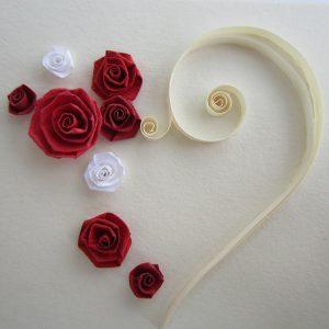 Preparazione cuore con rose rosse - www.quillingmesoftly.com