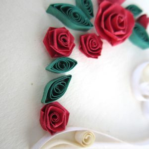 Close-up cuore con rose rosse - www.quillingmesoftly.com