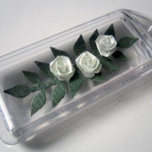 Portachiavi con rose bianche - www.quillingmesoftly.com