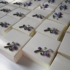 Serie scatole bomboniere con rose viola - www.quillingmesoftly.com